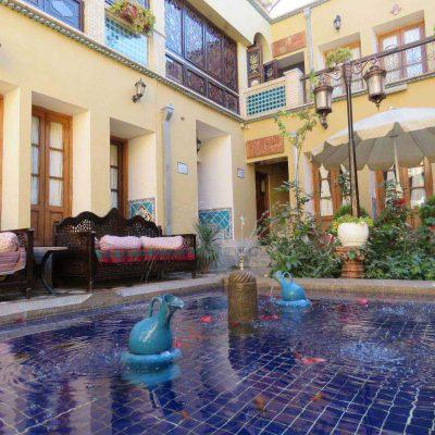 تصویر حیاط هتل خورشید